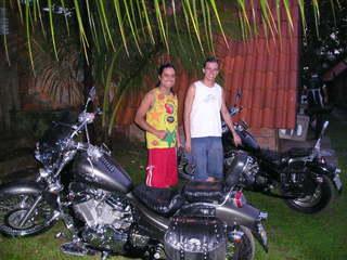 Uakti, Ipupiara e motociclistas estacionados no restaurante e pousada Trem de Minas